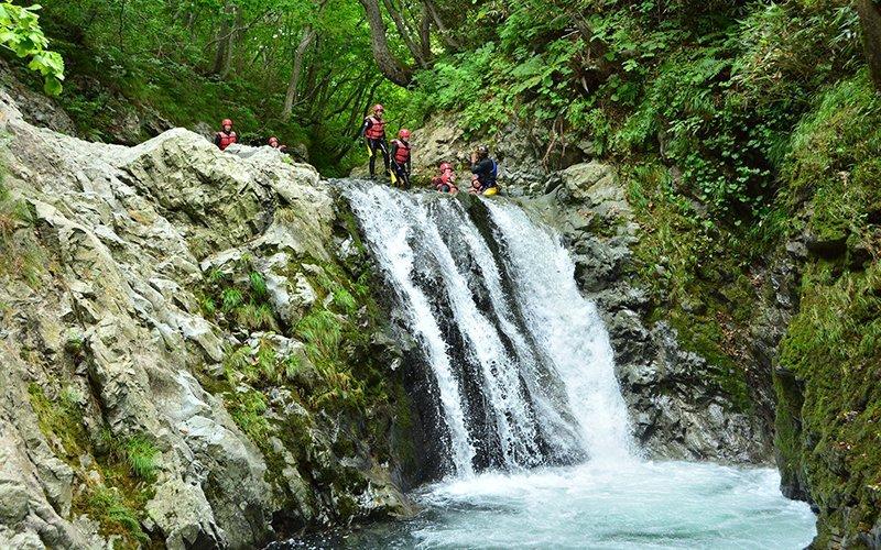 hanazono niseko canyoning hokkaido waterfall