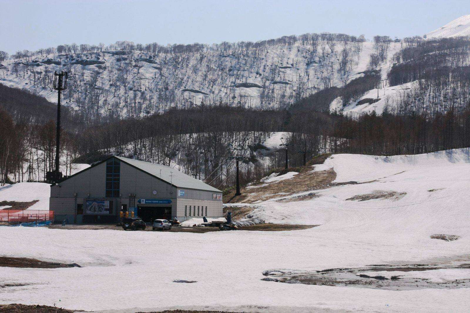 雪解けの頃のニセコHANAZONOリゾート第1リフト乗り場