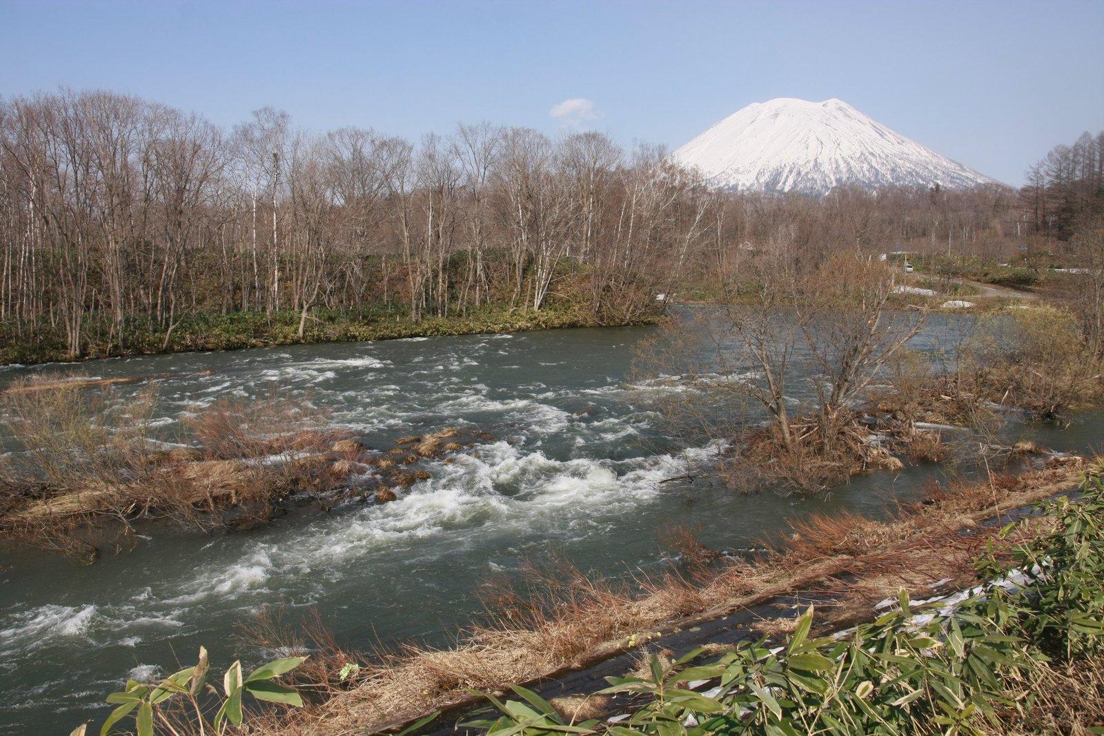 ニセコ町で撮影した4月下旬の尻別川