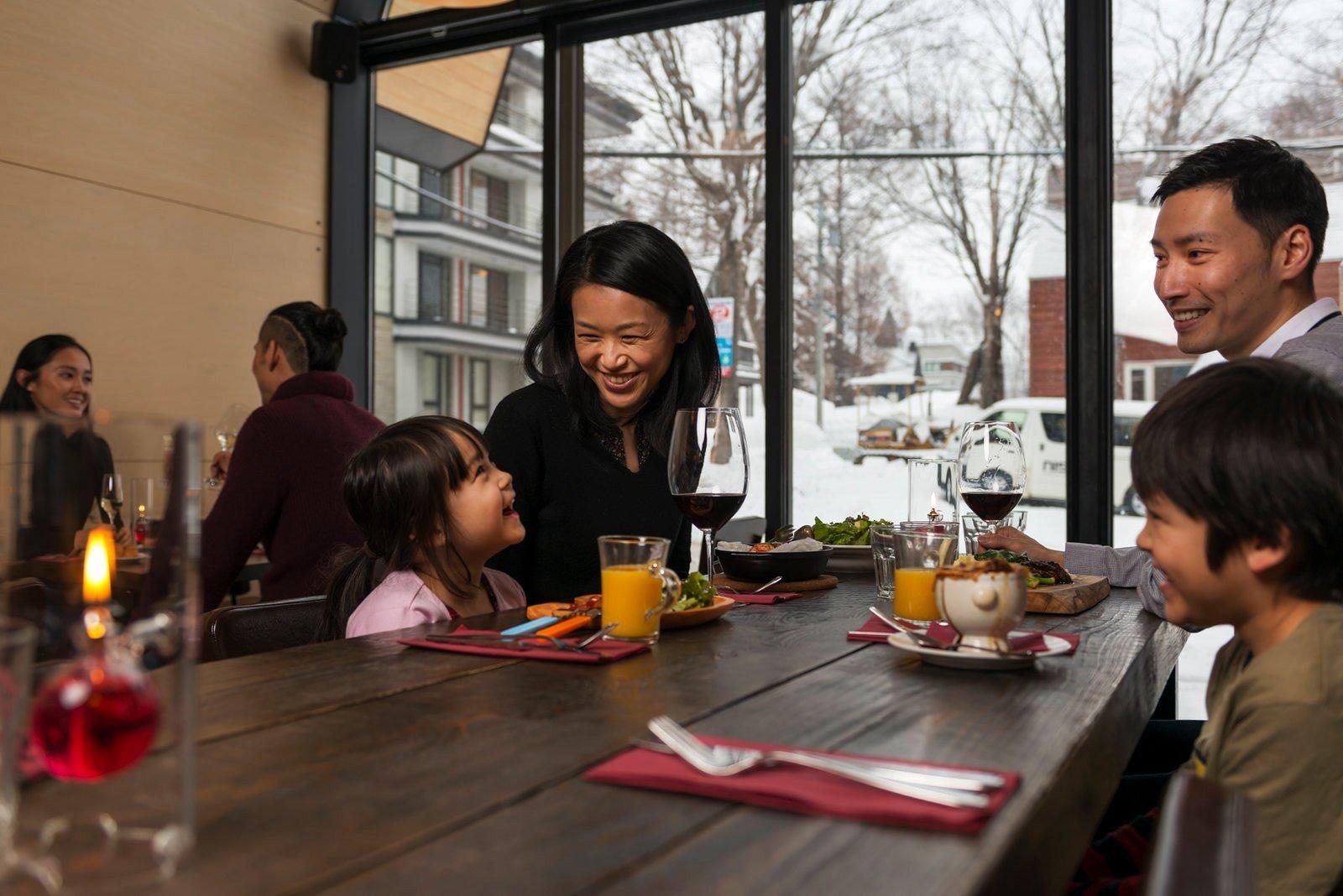 ニセコで外食を楽しむ家族4人