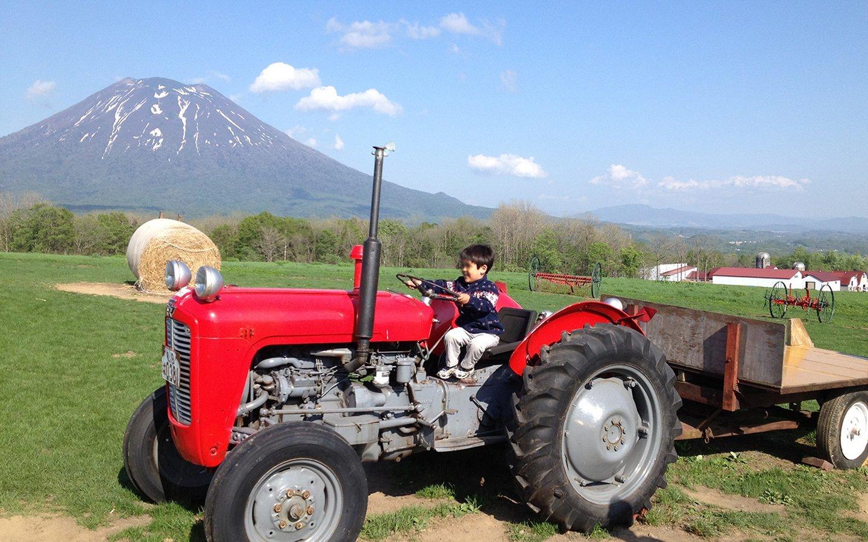 プラティーヴォの前のトラクターに乗る子供