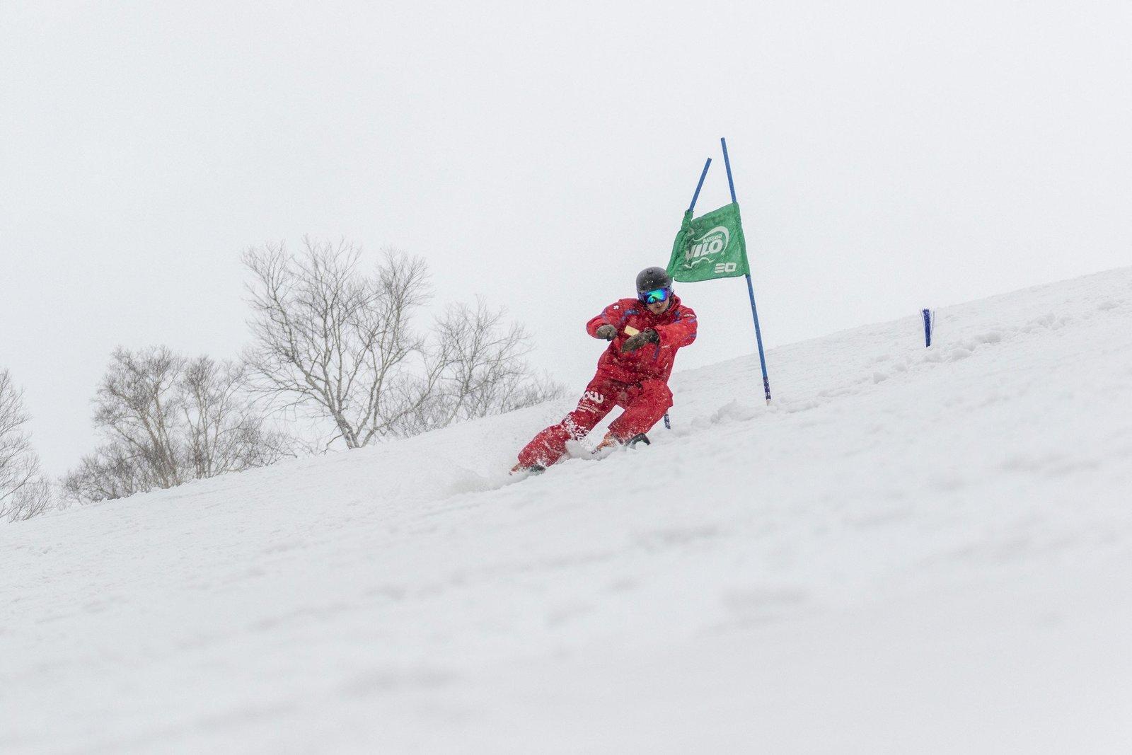 レーシングのお手本を見せるスキーインストラクター