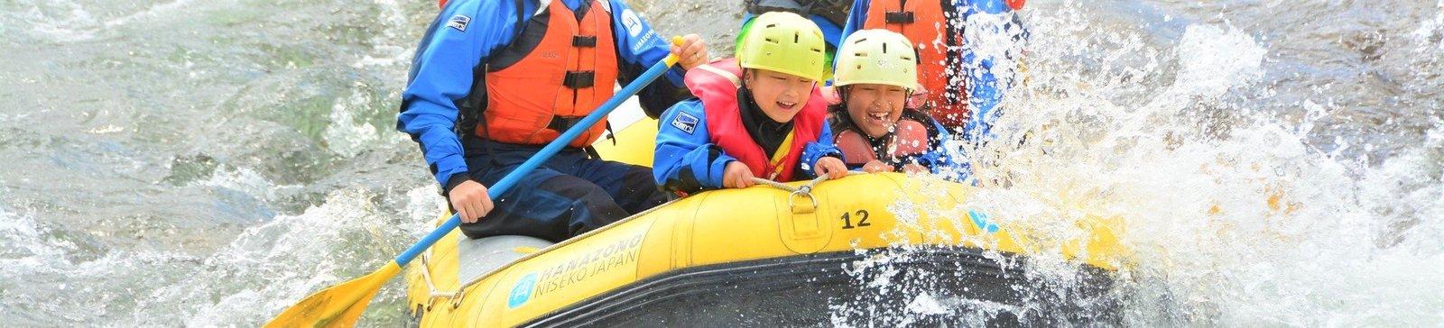 孩子在新雪谷花園享受泛舟之樂