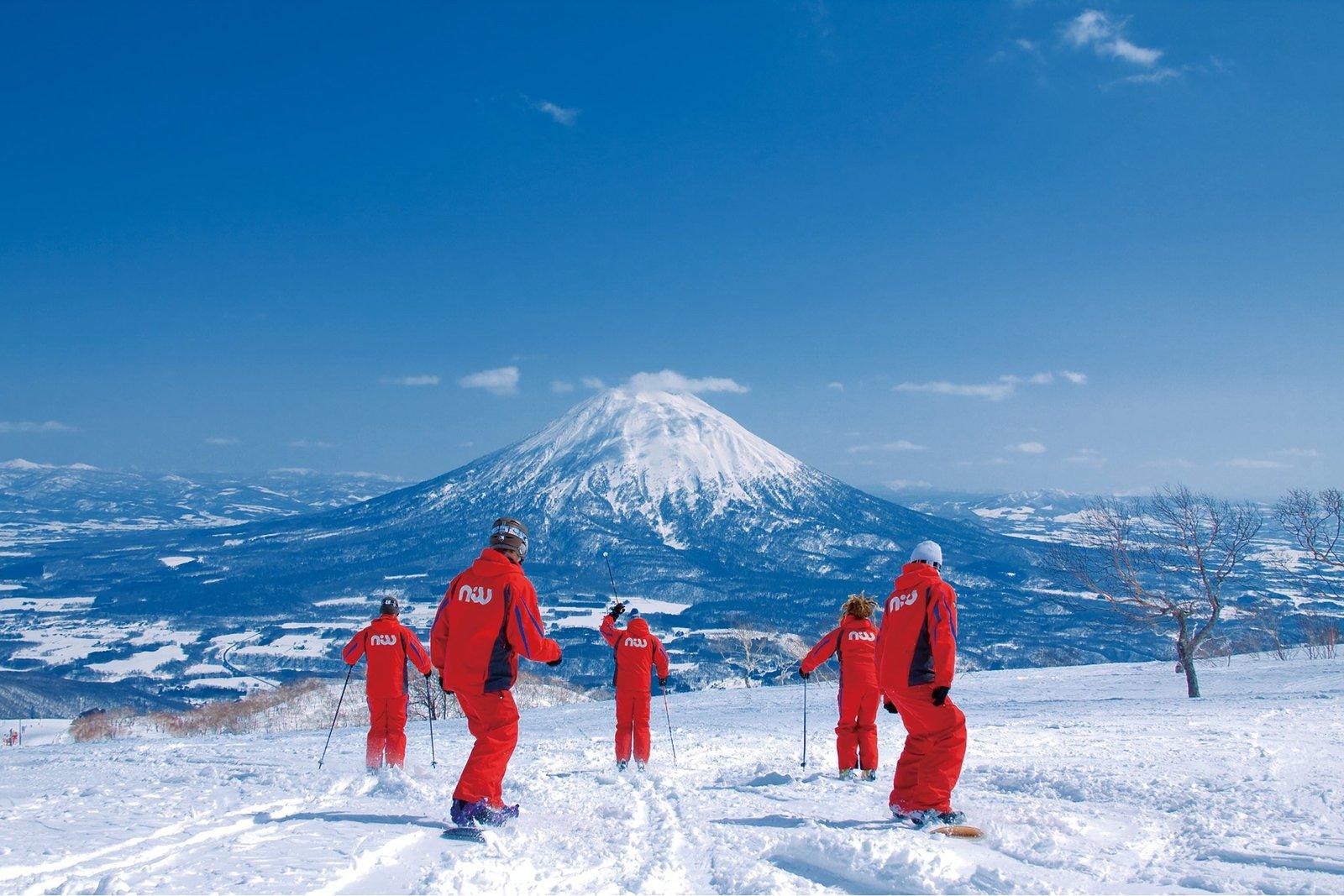 NISS滑雪學校老師一起在花園度假村滑雪