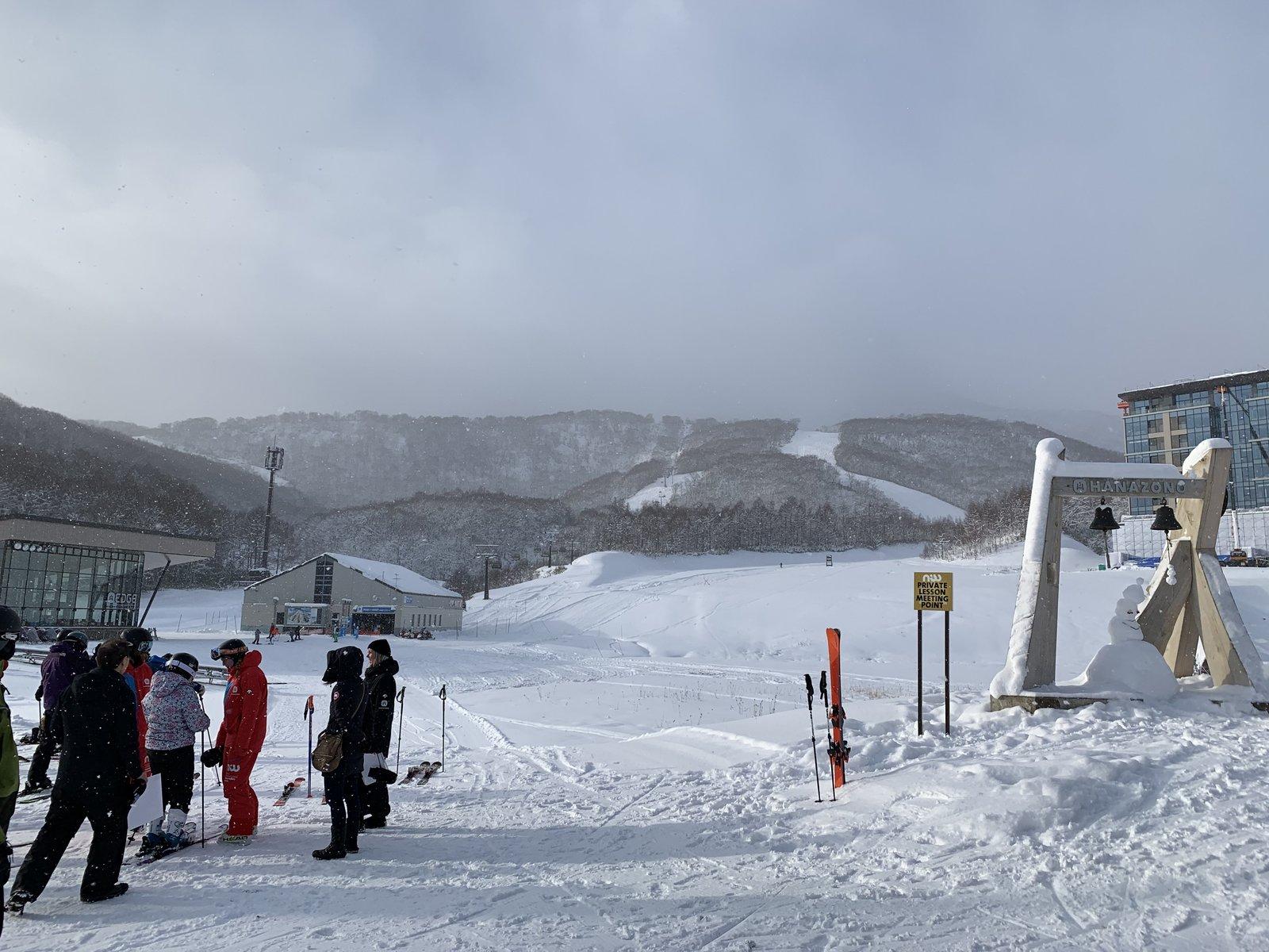 HANAZONOスキー場でスキーレッスンに参加する人々