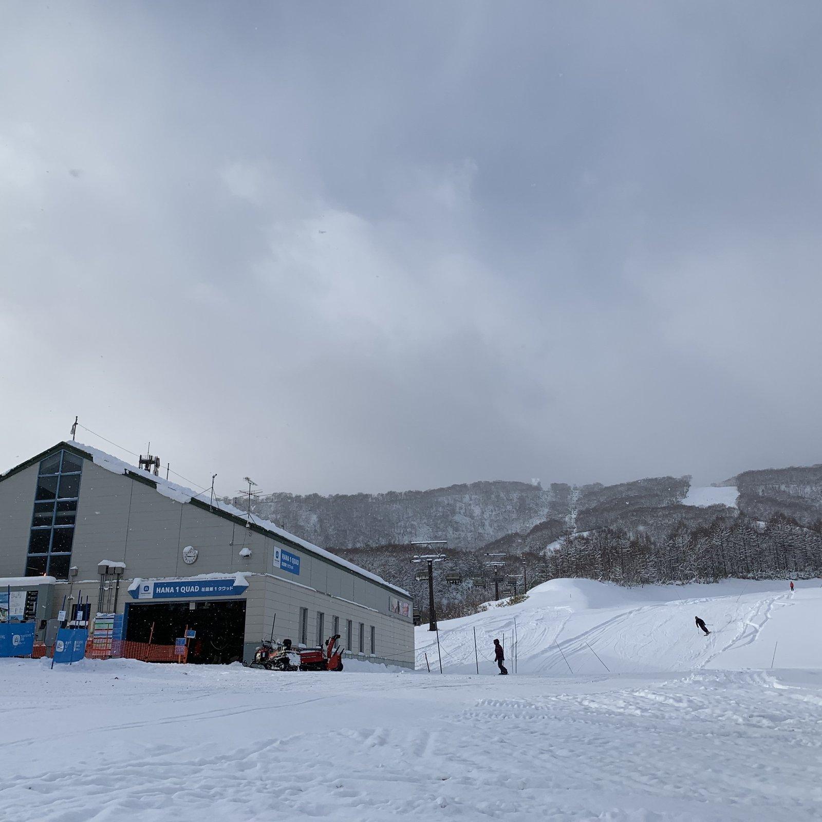 ハナゾノスキー場の2019年オープン初日の初滑りを楽しむ人々