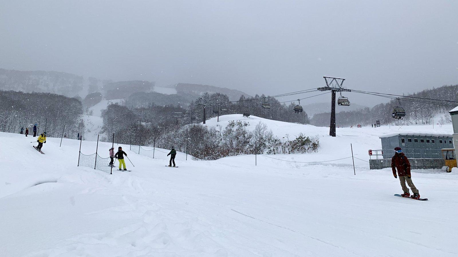 HANA1リフト横にスキーで滑り降りてきた人々