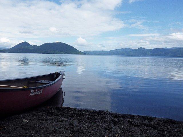 洞爺湖に漕ぎ出そうとするカヌー