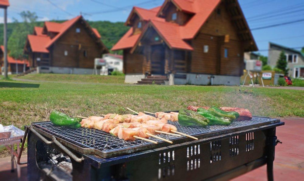 レンタルBBQセットで肉とピーマンを焼いているところ