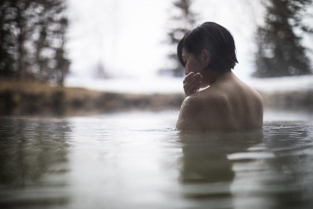 ニセコの温泉でリラックスする人