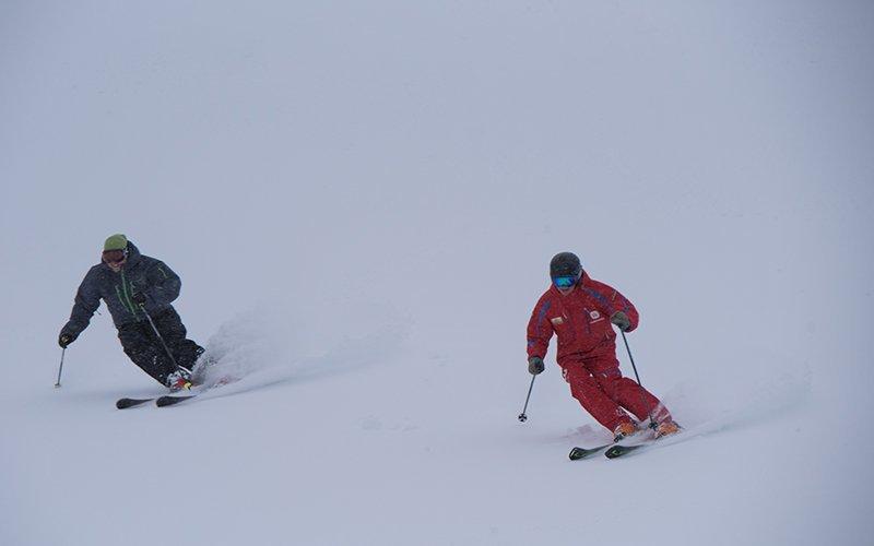 ハナゾノを滑るアンディとスキーインストラクター
