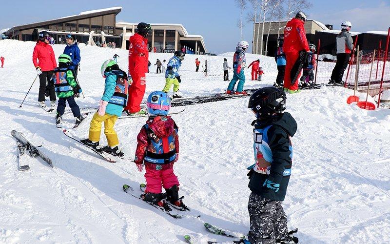 ニセコのスキースクール、ニスでレッスンを受ける子供達