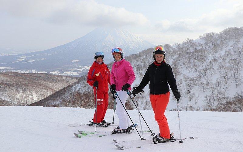 ニセコハナゾノを楽しむ3人の女性スキーヤー達