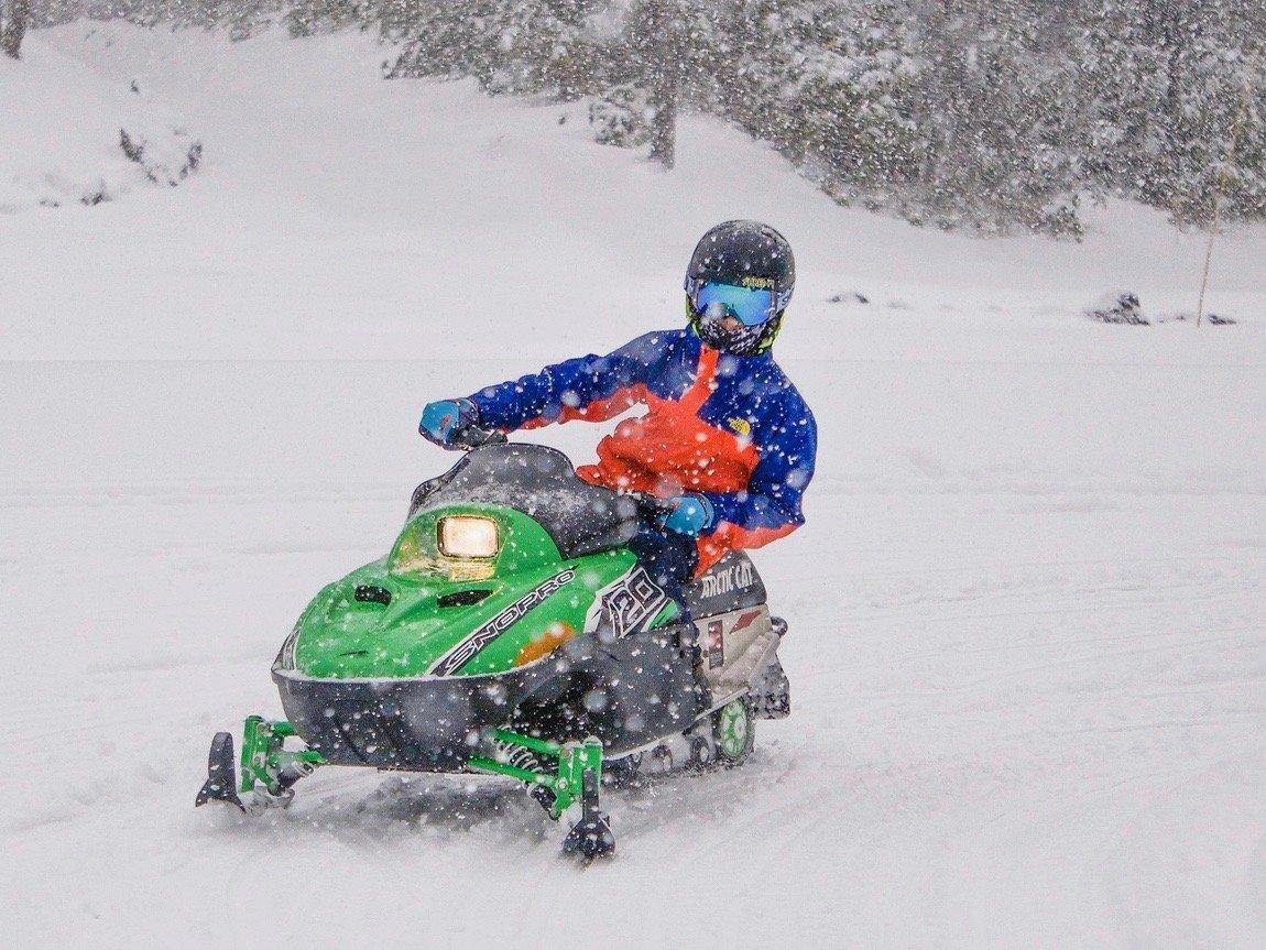 ニセコハナゾノスキー場でキッズスノーモービルを運転する小学生