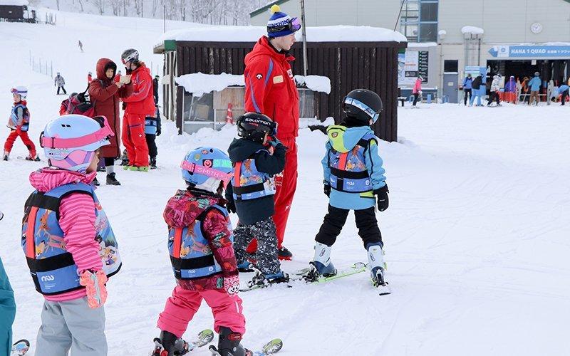 ニセコスノースポーツスクールのレッスンに参加する幼稚園児達