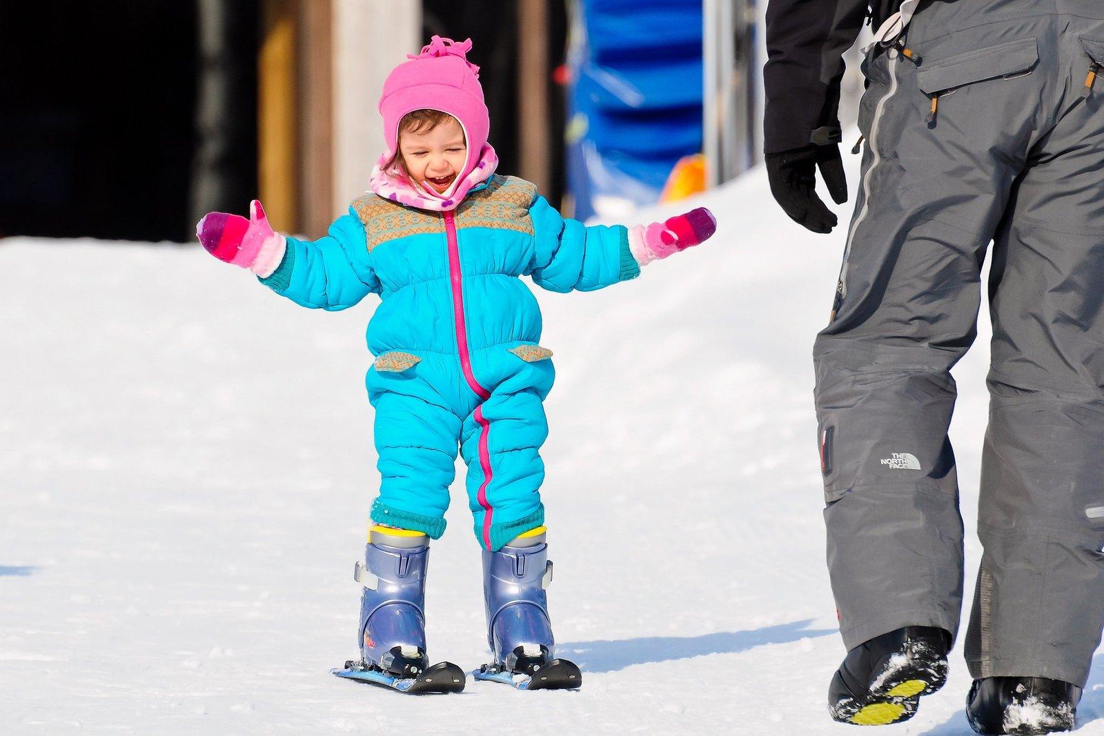 ニセコハナゾノリゾートでスキーに初挑戦する子供