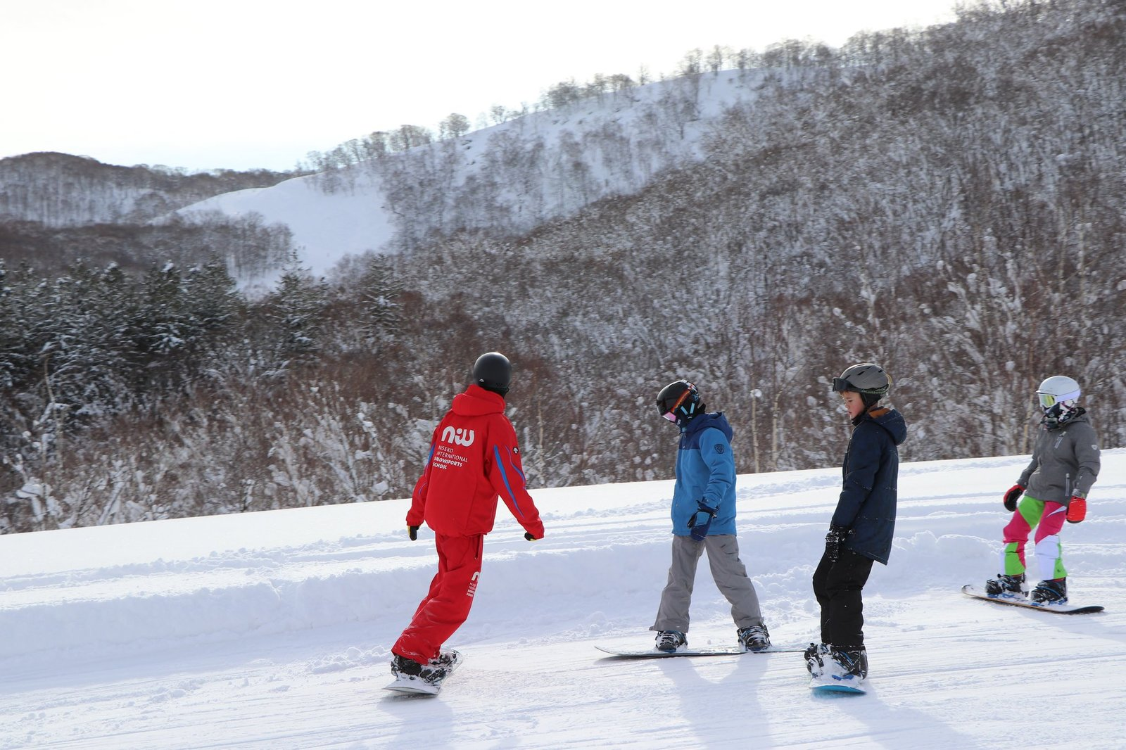 ニセコ花園リゾートの小学生向けスノーボードレッスン